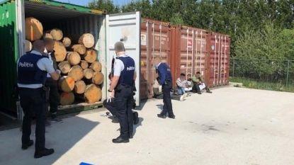 """Transportbedrijf treft illegale migranten aan in zeecontainer, politie laat hen meteen vrij: """"Blijkbaar kon men hen niet opvangen"""""""