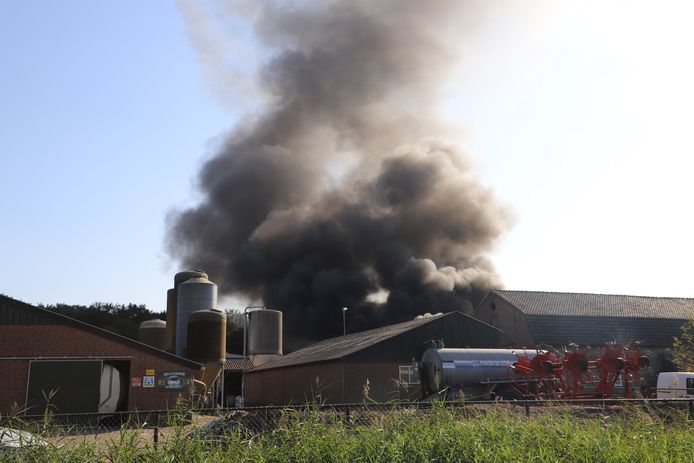 Rook nadat een landbouwvoertuig in Boxtel in brand is gevlogen.