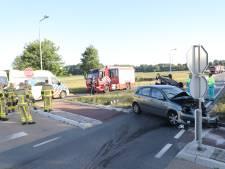 Twee gewonden bij flinke botsing in Epe, weg voorlopig afgesloten