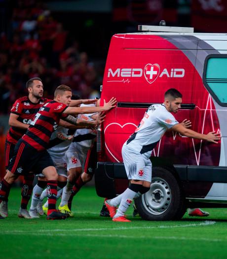 Spelers Flamengo en Vasco helpen ambulance met panne