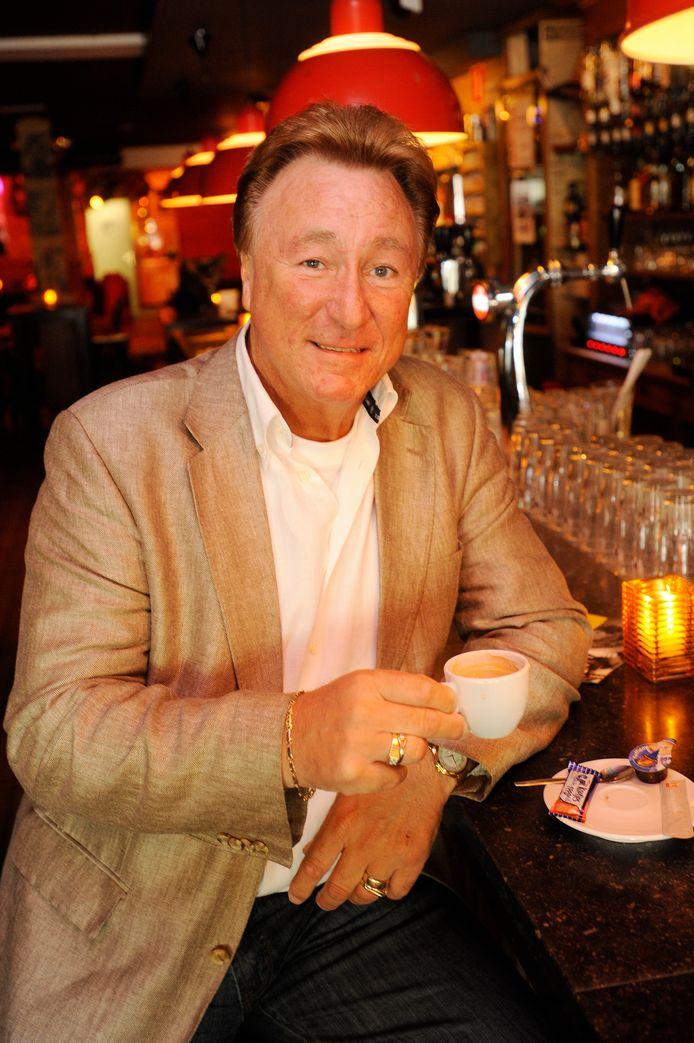 Bij zijn 40-jarig artiestenjubileum liet Peter Smulders zich in café Slagroom op de foto zetten.