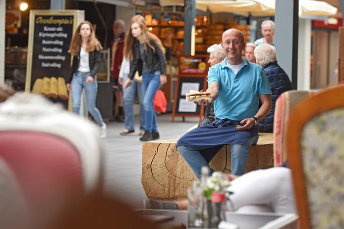 Ruud Kasteleijns (54) eigenaar van Specialiteitenhuis Kasteleijns heeft de Arendshof zien veranderen. Zijn ouders openen de winkel in 1978, in 1990 nam hij het samen met zijn broer over.  Foto Casper van Aggelen / Pix4Profs