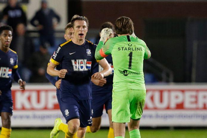 Bart Biemans viert zijn treffer met FC Eindhoven-doelman Ruud Swinkels.