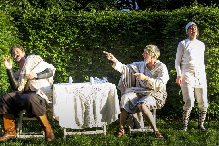 De acteurs spelen vol overgave, zelfspot en bij vlagen ineens meeslepend op het landgoed van Huize Frankendael. Beeld Saris & den Engelsman