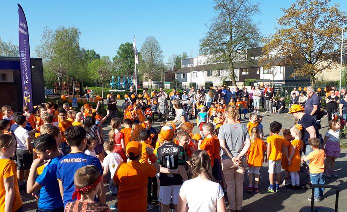 Kinderen en ouders tijdens Koningsspelen op basisschool De Saffier in Roosendaal in 2018