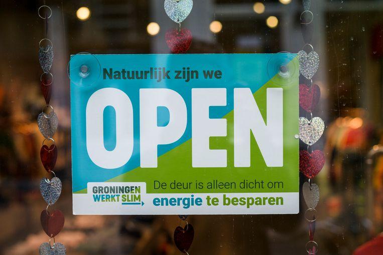 Sticker op de deur van een winkel in de Groningse binnenstad. Beeld Kees van de Veen