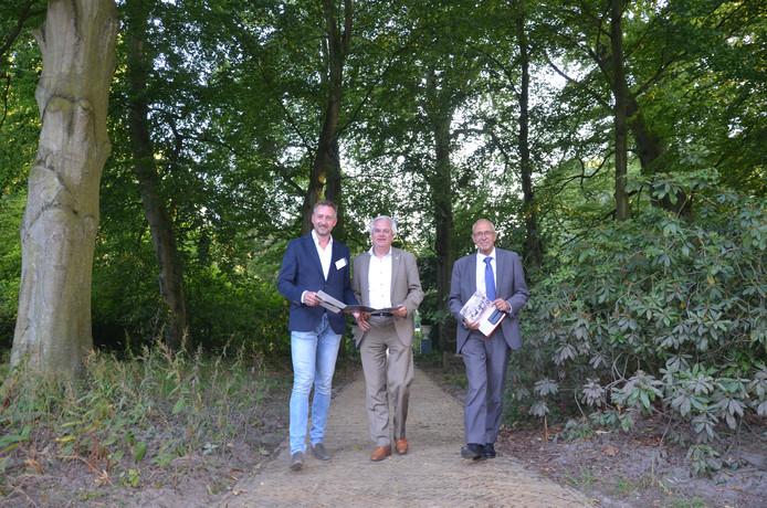 Onderzoeker Korneel Aschman (links) met de wethouders Cramwinckel en Wassenaar uit Voorschoten en Wassenaar.