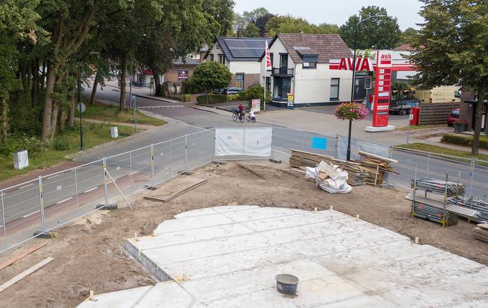De fundering voor de nieuwe Charly ligt er al. Links boven tussen de bomen door is cafetaria 't Bikkertje te zien.