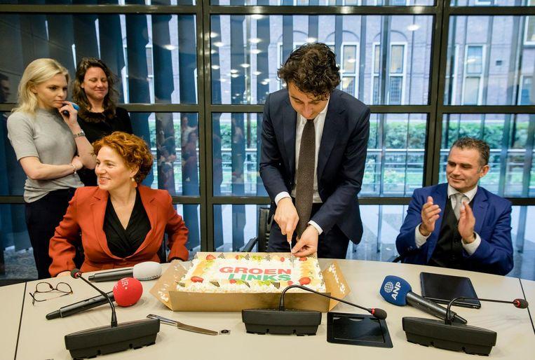Jesse Klaver snijdt een taart aan. Beeld anp
