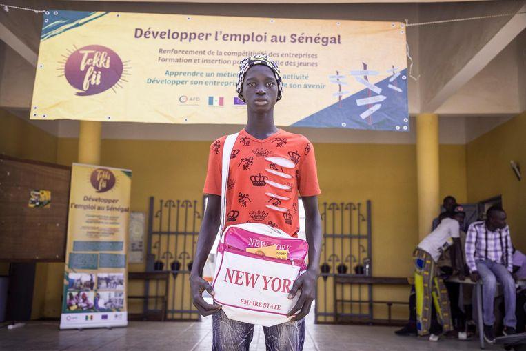 Ibrahim Dalo (15) komt zich in Kolda oriënteren bij de opleidingsbeurs Tekki Fii waarmee de EU door Senegal trekt. Beeld Sven Torfinn