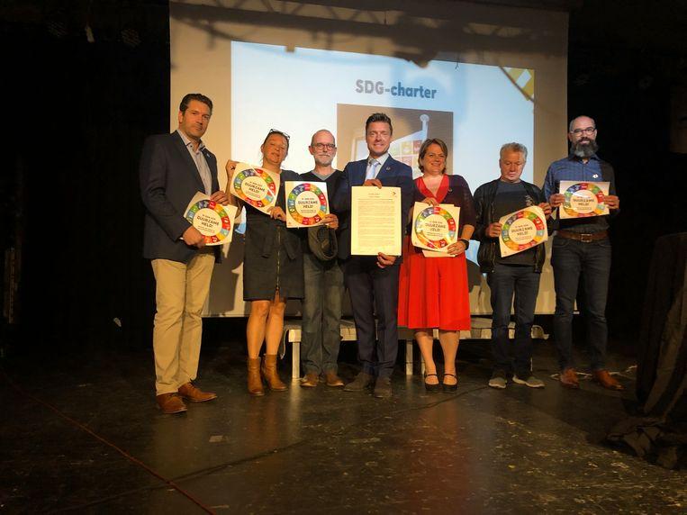 Burgemeester Koen Metsu (midden) met enkele van de duurzame helden uit Edegem.