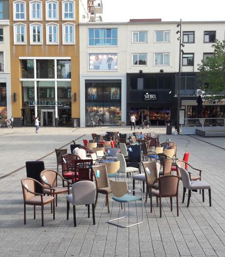 98 lege stoelen voor verkeersdoden in Boxmeer