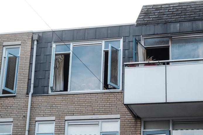 De zwartgeblakerde ruiten in de door brand getroffen appartementen.