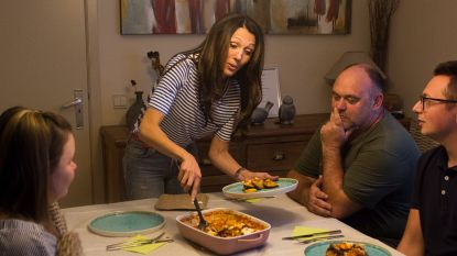 Sandra Bekkari levert moussaka uur na uitzending aan huis en smult mee