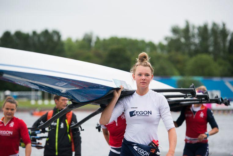 Karolien Florijn draagt de boot van de dubbelvier, waarmee ze bij de WK in Plovdiv komend weekeinde voor het goud gaat.  Beeld Merijn Soeters