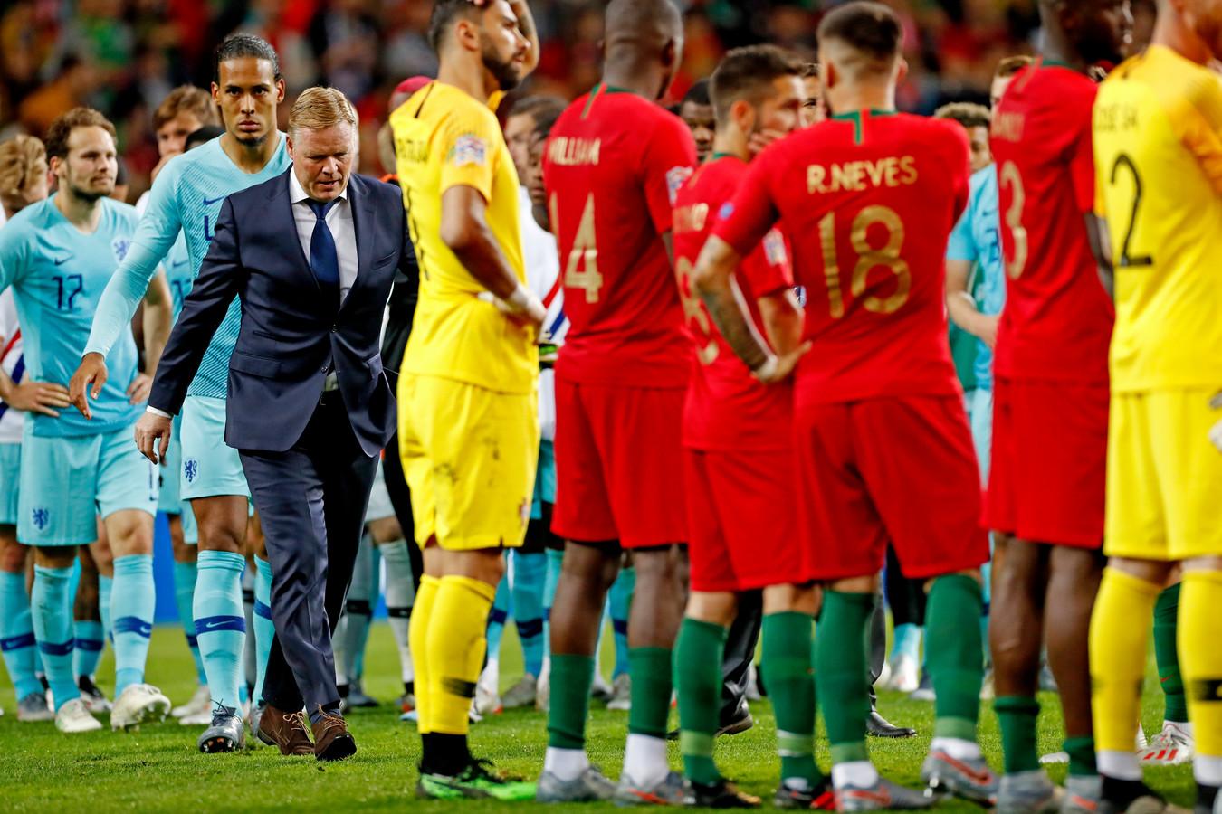 Bondscoach Ronald Koeman loopt langs de Portugezen die wachten totdat de beker wordt uitgereikt. Virgil van Dijk volgt evenals Daley Blind.
