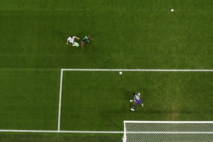Lionel Messi scoort tegen Nigeria.