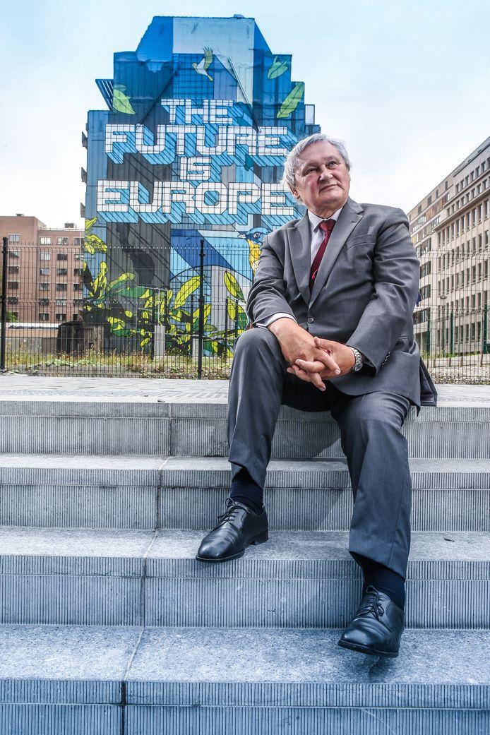 """Overtuigde Europeaan Frans Van Daele op het Schumanplein, het hart van Europa: """"De internationale instellingen zijn verzwakt, de wereld is wanordelijker dan ik ooit in mijn loopbaan heb gekend."""""""