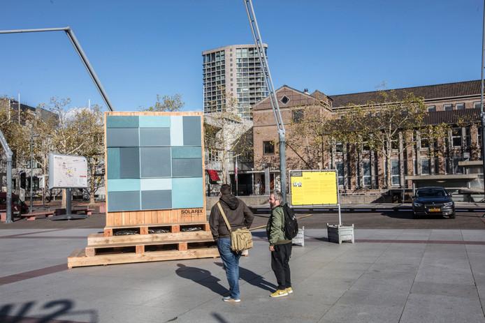 Gevelplaten met zonnecellen, van het Eindhovense bedrijf Solarix, staan als voorbeeld op het Stadhuisplein in Eindhoven.