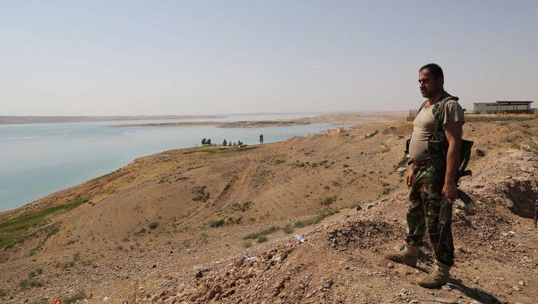 Een Koerdische strijder op de Mosul-dam in Irak. Beeld ap