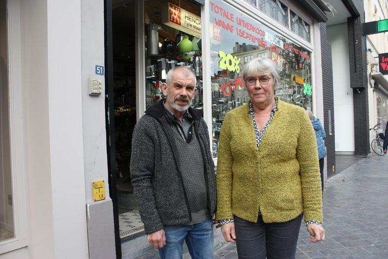 Frank Huyghe en Martine Vergracht sluiten hun winkel in de Alfons Pieterslaan.