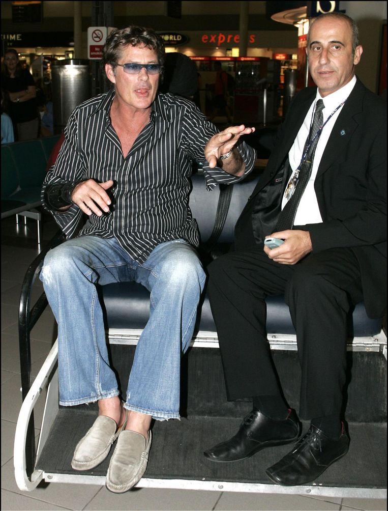 Een dronken David Hasselhoff wordt door de luchthavensecurity weggevoerd.