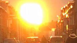Gigantische vuurbol boven Kortrijk is combinatie van lage zon en nieuwe toren vol spiegels