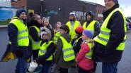 FOTOREEKS. Kinderen Veldschool helpen padden overzetten