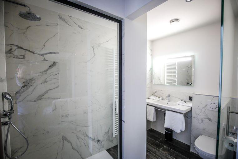 Elke kamer heeft een grote badkamer met een inloopdouche.