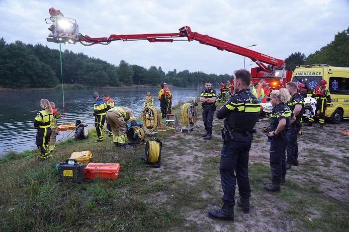 Slachtoffer uit te water geraakte auto bevrijd in Dongen.