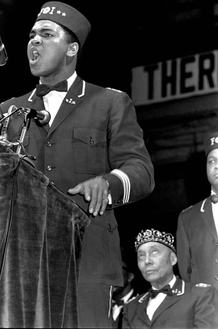 Ali spreekt op een 'Black Muslim' conventie. Achter hem zit Elijah Muhammad, leider van Nation of Islam. Beeld ap