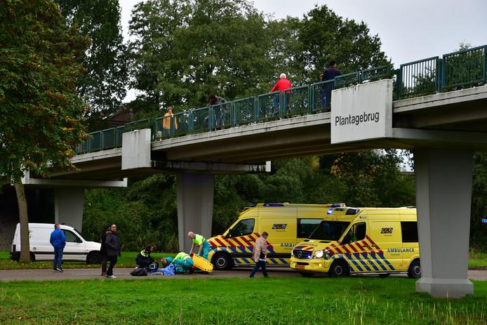 In Lelystad is dinsdag aan het einde van de middag een persoon van de Plantagebrug gevallen.