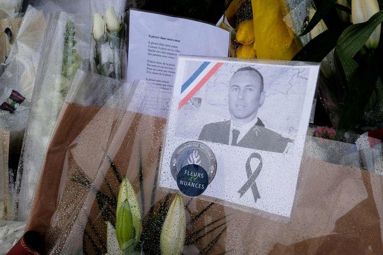 'Nooit zal Frankrijk zijn heldenmoed vergeten, zijn dapperheid, zijn offer', zei minister Collomb van Binnenlandse Zaken over  de omgekomen luitenant-kolonel Arnaud Beltrame. Beeld null