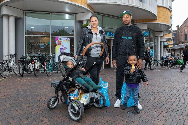 Samira en Tony Beerensteyn met twee van hun drie kinderen. Beeld Dingena Mol