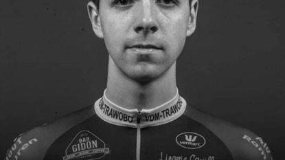 """Eerbetoon voor overleden wielrenner Niels De Vriendt (20) tijdens kermiskoers in Vlierzele: """"Niels was een talentje en super vriendelijke beleefde jongen"""""""