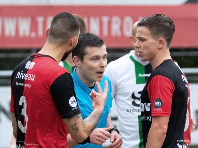 08-02-2020: Voetbal: SVV Scheveningen v De Treffers: Scheveningen   L/R Gino van den Berg of De Treffers, scheidsrechter Tunnissen en Jeoy Dekkers of De Treffers