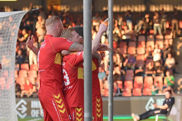 Thomas Verheydt en Richard van der Venne bejubelen de 1-0 van Go Ahead Eagles.