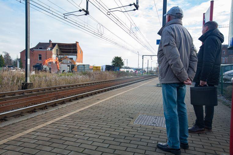 De afbraak van onteigende huizen langs de spoorweg in Diepenbeek is begonnen.