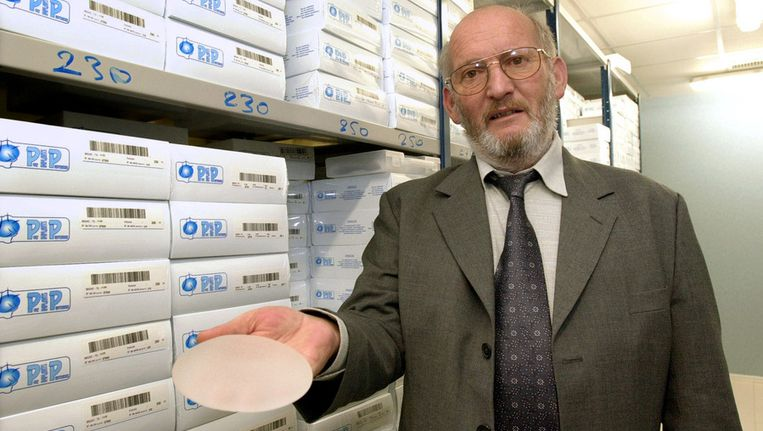 Jean-Claude Mas, de oprichter van PIP met één van zijn protheses in 2001. Beeld null