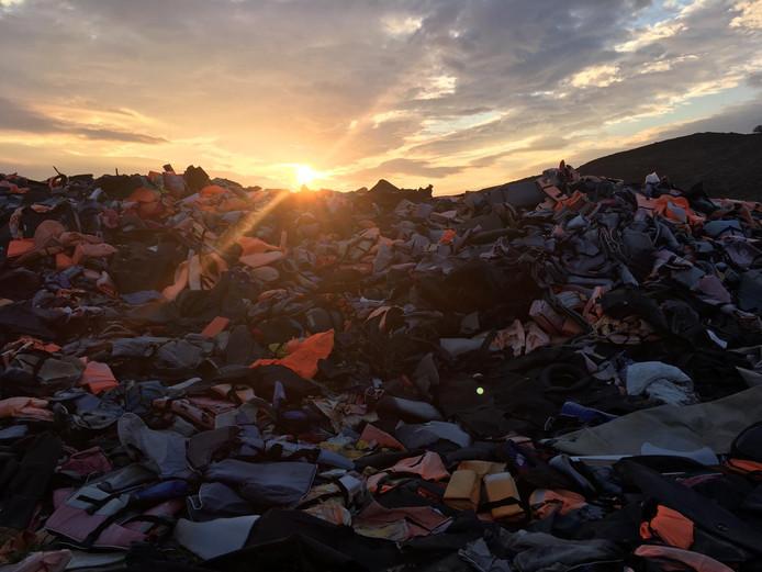 De Life Jacket Graveyard van Lesbos, waar alle rubberboten en reddingsvesten zijn blijven liggen