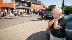 Met een luid applaus van de hele straat: Alken verwelkomt coronapatiënte Jeannine Renquin (75) na twee maanden weer thuis