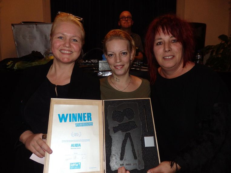 Maasja Ooms wint de Special Jury Award voor Alicia, over een meisje in een tehuis. Naast haar de moeder van Alicia en pedagogisch medewerker Juliëtte van den Brand Beeld Schuim