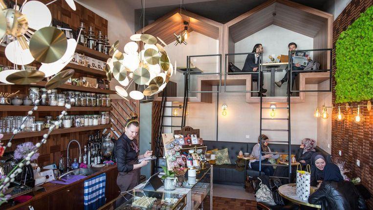 De muur van het café is bedekt met houten chocoladereepvormen Beeld Dingena Mol