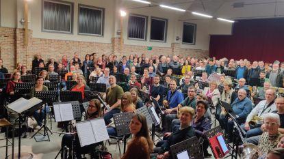 260 man in één repetitielokaal: eerste repetitie van acht koren en één harmonie voor Koorvlam-concert