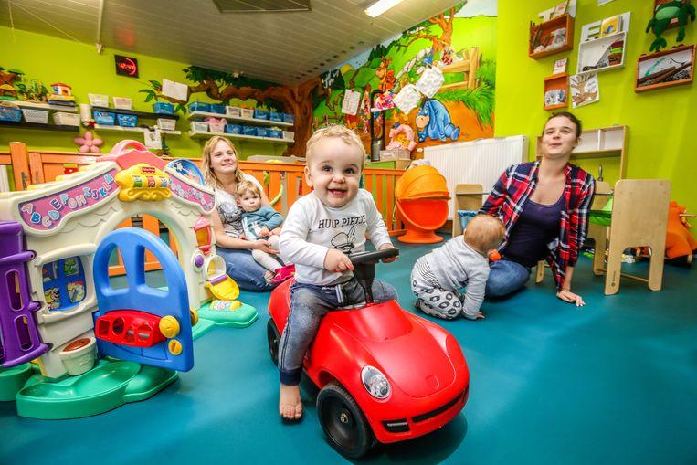 Kim Rys en Melissa Stevelinck (rechts) ijveren voor meer verkeersveiligheid voor de kinderen