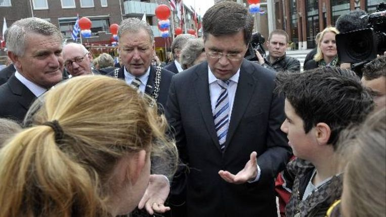 Demissionair premier Jan Peter Balkenende spreekt woensdag enkele schoolkinderen in Roermond. De start van de Nationale Viering van de Bevrijding vindt dit jaar plaats in Limburg. (ANP) Beeld