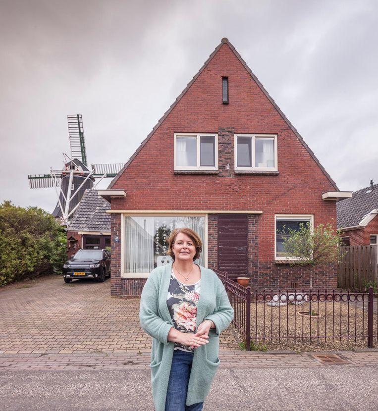 Saskia van der Wal voor haar huis in Overschild. Beeld Harry Cock/de Volkskrant