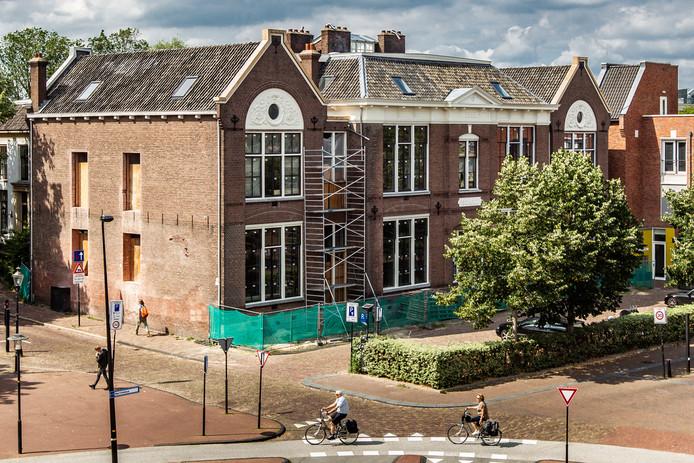 De voormalige Houtmarktschool bevindt zich aan de entree van het Bergkwartier, een woonbuurt vol middeleeuwse monumenten gelegen tussen het plein de Brink en de haven.