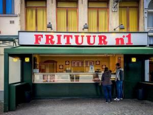 """UITGETEST. Onze redactie bestelt bij 15 Antwerpse frietkoten voor Week van de Friet: """"Extra punten voor uitbater die luidkeels Jimmy Frey meezingt"""""""