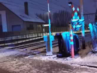 Wagen belandt op flank na slippartij aan overweg: treinverkeer ligt stil tussen Geraardsbergen en Edingen